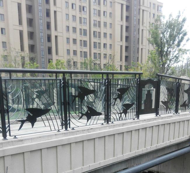 小区河道铁艺护栏,钢板切割鱼形主题花,更显情趣,成为小区的一道风景。  景观河道铁艺护栏,整体热镀锌防锈处理艺,30年不生锈,花形仿树叶造型,与自然环境融为一体。  别墅内河景观铁艺栏杆,整体做工美观大方,用材厚实,功能性与美学兼备。 下一篇: