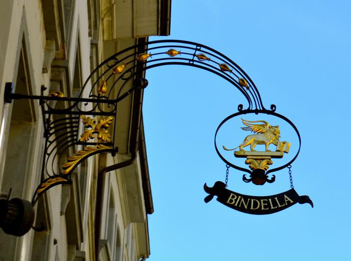 高端酒店用铁艺招牌,制作考究,样式经过特别设计,更具韵味,金色点缀
