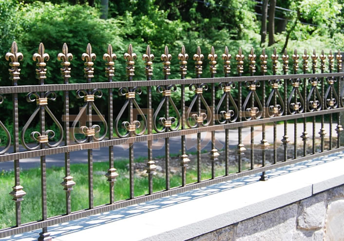 高档别墅室外铁艺护栏栏杆,材料采用16*16方钢通过锻打制作出造